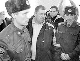 Олега Щербинского выводят из зала суда (фото ИТАР-ТАСС)